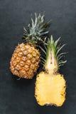 新鲜的菠萝切成了两半 库存图片