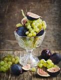 新鲜的葡萄和无花果 免版税库存图片