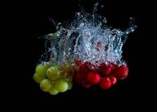 新鲜的葡萄在与气泡的水中 免版税库存照片