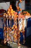 新鲜的葡萄柚和橙汁在市场上 免版税图库摄影