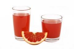 新鲜的葡萄柚汁用在白色背景隔绝的一个玻璃杯子的薄菏 在白色背景的新鲜的葡萄柚和汁液, vi 图库摄影