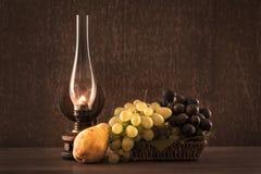 新鲜的葡萄葡萄酒照片在篮子的 库存图片