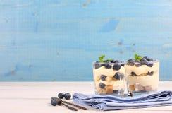 新鲜的蓝莓分层了堆积有mascarpone奶油和曲奇饼的沙漠 免版税库存照片