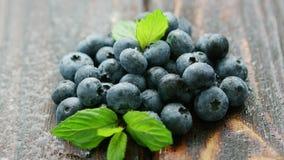 新鲜的蓝莓和绿色叶子在桌上 影视素材
