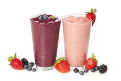 新鲜的蓝莓和草莓圆滑的人 图库摄影