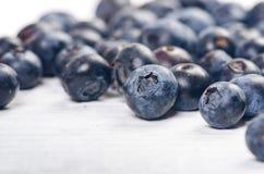 新鲜的蓝莓用在一张木白色桌上的薄菏 自然抗氧剂 健康概念的食物 有机superfood 库存图片