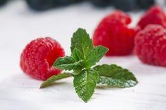 新鲜的蓝莓用在一张木白色桌上的薄菏 自然抗氧剂 健康概念的食物 有机superfood 库存照片