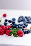 新鲜的蓝莓用在一张木白色桌上的薄菏 自然抗氧剂 健康概念的食物 有机superfood 免版税库存照片