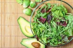 新鲜的蔬菜沙拉用菠菜、芝麻菜、rom aine和硬花甘蓝和 免版税库存图片