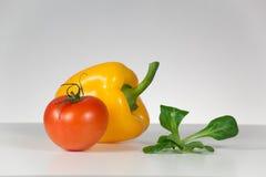 新鲜的蕃茄、胡椒和沙拉 库存照片