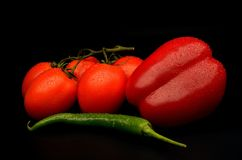 新鲜的蕃茄、绿色辣椒和红色辣椒的果实 库存图片