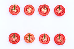 新鲜的蕃茄削减了与迷迭香叶子的一半作为时钟 世界时钟 库存照片