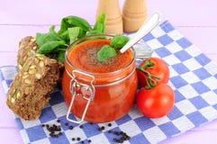 新鲜的蕃茄和蓬蒿汤 免版税库存照片