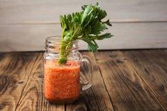 新鲜的蕃茄圆滑的人和芹菜在瓶子 免版税库存图片