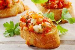 新鲜的蕃茄在有壳的长方形宝石服务的Bruschetta 库存照片