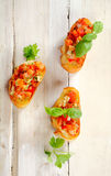新鲜的蕃茄在长方形宝石切片服务的Bruschetta 免版税库存照片