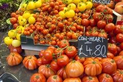 新鲜的蕃茄待售在市场上 图库摄影