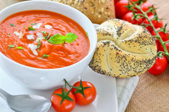 新鲜的蕃茄汤和新被烘烤的有壳的小圆面包 库存图片