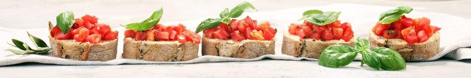 新鲜的蕃茄bruschetta 与蓬蒿的意大利食物开胃菜 图库摄影