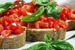 新鲜的蕃茄bruschetta 与蓬蒿的意大利食物开胃菜 免版税库存照片