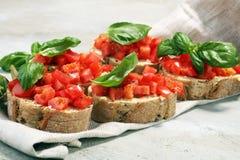 新鲜的蕃茄bruschetta 与蓬蒿的意大利食物开胃菜 库存图片