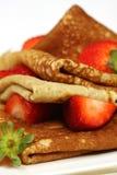 新鲜的薄煎饼堆积草莓 免版税图库摄影