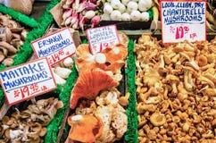 新鲜的蘑菇待售在农夫的市场上 库存图片