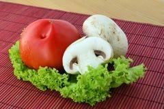 新鲜的蘑菇用蕃茄 免版税库存照片