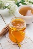 新鲜的蜂蜜和茶 免版税库存图片