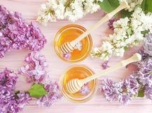 新鲜的蜂蜜淡紫色花土气在木背景生气勃勃 图库摄影