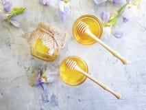 新鲜的蜂蜜虹膜花甜在具体背景桌夏天 免版税库存图片