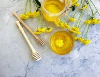 新鲜的蜂蜜,在具体背景的黄色芳香夏天菊花花 库存图片