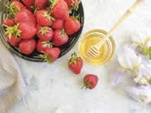 新鲜的蜂蜜,花可口虹膜的草莓 免版税图库摄影