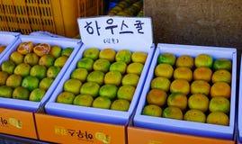 新鲜的蜜桔果子在市场上 库存照片
