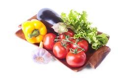新鲜的被分类的菜,茄子,甜椒,蕃茄,大蒜用散叶莴苣 背景查出的白色 免版税库存照片