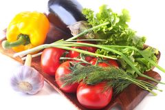 新鲜的被分类的菜,茄子,甜椒,蕃茄,大蒜用散叶莴苣 背景查出的白色 免版税图库摄影