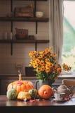 新鲜的被分类的南瓜和南瓜在桌上在乡间别墅 免版税库存图片