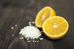 新鲜的被切的石灰、柠檬和盐在木桌上 库存照片
