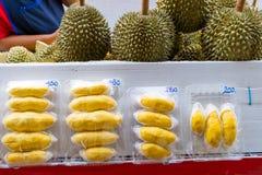 新鲜的被剥皮的留连果待售在市场上在泰国 图库摄影