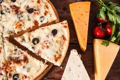 新鲜的被烘烤的乳酪薄饼用橄榄,快餐 免版税库存照片
