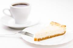新鲜的被烘烤的乳酪蛋糕片断与杯子的espesso咖啡 免版税图库摄影
