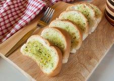 新鲜的被烘烤的切的蒜味面包 免版税库存照片