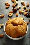 新鲜的被烘烤的可口腰果,杏仁饼 库存照片