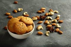 新鲜的被烘烤的可口腰果,杏仁饼 免版税库存照片