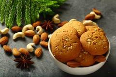 新鲜的被烘烤的可口腰果,杏仁饼 免版税库存图片