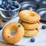新鲜的被烘烤的多福饼用蓝莓早餐,方形的格式 免版税库存图片