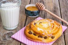 新鲜的被烘烤的大面包用葡萄干 免版税库存图片