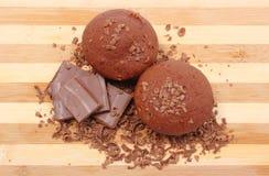 新鲜的被烘烤的巧克力的松饼,被磨碎和部分 免版税库存图片
