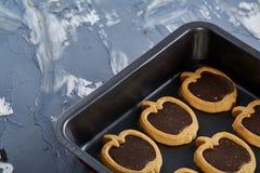 新鲜的被烘烤的巧克力苹果塑造了在甜酥饼干,顶视图,特写镜头,选择聚焦的曲奇饼 库存照片