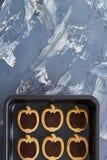 新鲜的被烘烤的巧克力苹果塑造了在甜酥饼干,顶视图,特写镜头,选择聚焦的曲奇饼 免版税库存图片